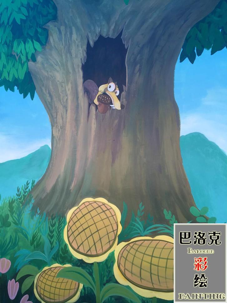 一只小松鼠顽皮的从树洞中探出头来!